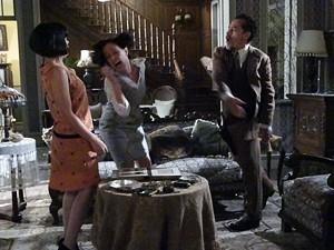 Melk bate na mulher por acreditar no mexerico das beatas (Foto: Gabriela / TV Globo)