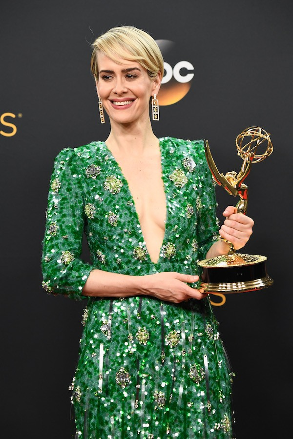 A atriz Sarah Paulson com o seu troféu do Emmy Awards (Foto: Getty Images)