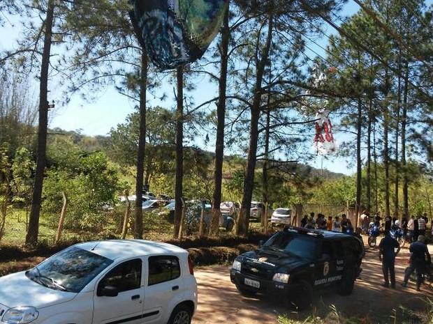 Balão ficou preso em em matagal (Foto: GCM/divulgação)