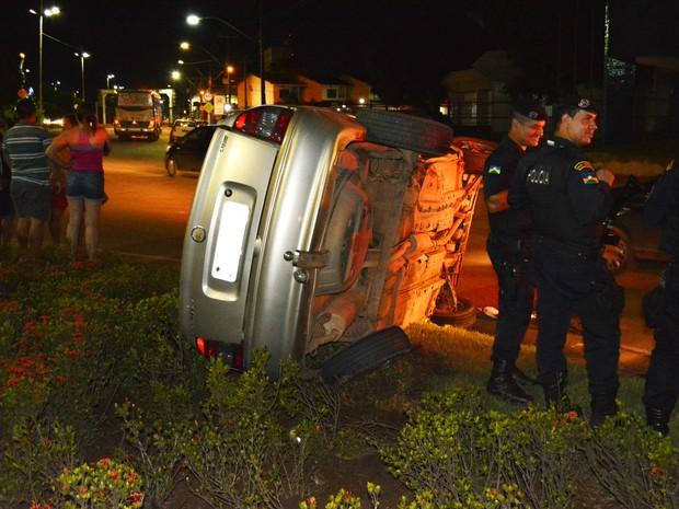 Carro capotou sobre o canteiro da rotatória após receber o impacto da colisão (Foto: Toni Francis/G1)