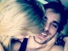 Fiuk posta foto sendo agarrado por Sophia Abrahão