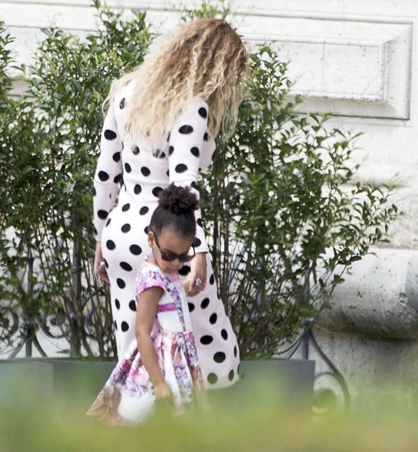 Beyoncé usa vestido justinho em passeio com a filha em Paris