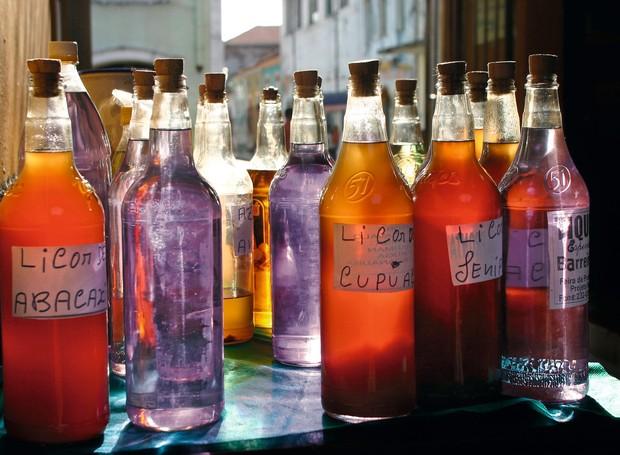 Licores e tiquira, a aguardente de mandioca fermentada, vendidos no Mercado Central e na Casa das Tulhas  (Foto: Gianluca Figliola Fantini / Shutterstock.com)