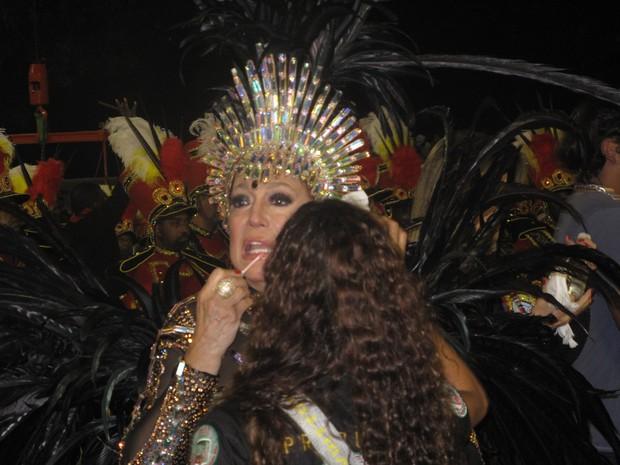 Susana Vieira retoca a maquiagem minutos antes do desfile da Grande Rio (Foto: Carolina Lauriano / G1)