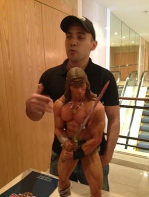 Edinho Maga e boneco Conan, Arnold Schwarzenegger (Foto: Amanda Kestelman / Globoesporte.com)