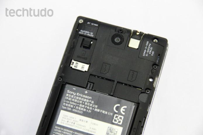 Traseira do Xperia E Dual com destaque para a entrada dos dois chips (Foto: Isadora Díaz/TechTudo)