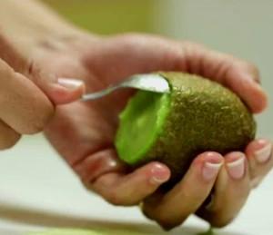Como Fazer testa dica para descascar kiwi com colher (Foto: Gshow)