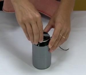 Teste: tampar lata de refrigerante com protetor de lente de máquina fotográfica (Foto: Reprodução)