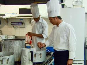 Empresas buscam cozinheiros na cidade (Foto: Reprodução / EPTV)