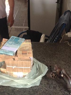 Polícia recuperou R$ 170 mil em espécie e apreendeu revólver em residência (Foto: Polícia Civil/Divulgação)