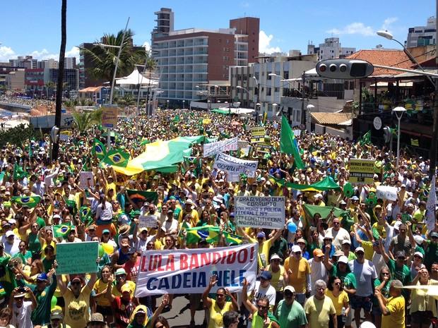 Manifestantes levam faixas para pedir a saída da presidente Dilma do poder e a prisão do ex-presidente Lula, Salvador, Bahia (Foto: Henrique Mendes/ G1)