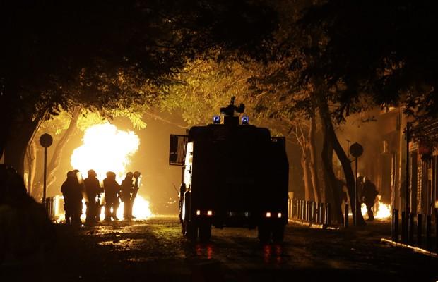 Tanque de água da polícia é usado pra conter protestos em Atenas na noite de sábado (6) (Foto: Thanassis Stavrakis/AP)