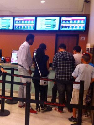 Público compra ingressos para sessão de cinema nesta quarta-feira (Foto: Tatiana Santiago/G1)