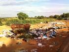 Moradora denuncia lixo espalhado em vias de acesso em Dores do Indaiá