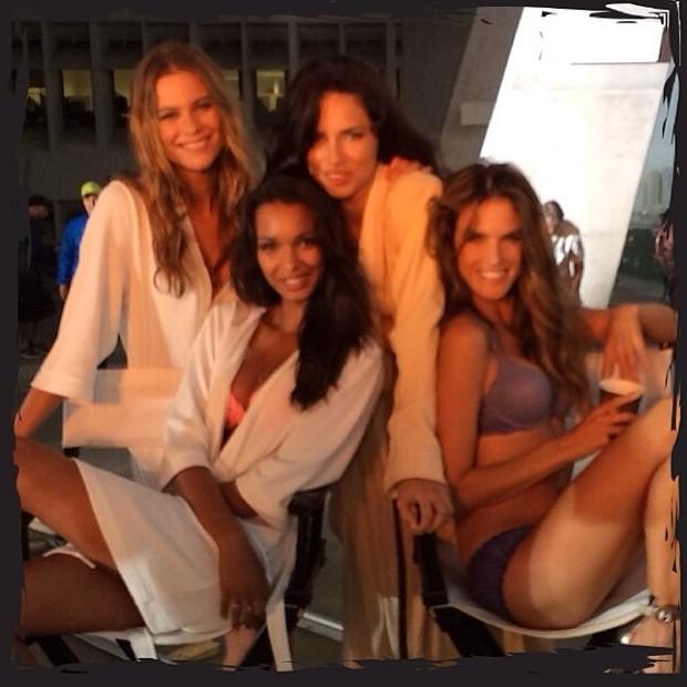 Alessandra Ambrósio e Adriana Lima posa com outras angels em bastidores de ensaio em Miami, nos Estados Unidos (Foto: Instagram/ Reprodução)