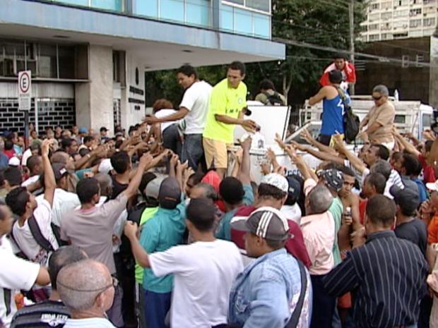 Trabalhadores da construção civil farão assembleia para definir rumos da greve. (Foto: Reprodução/TV Gazeta)