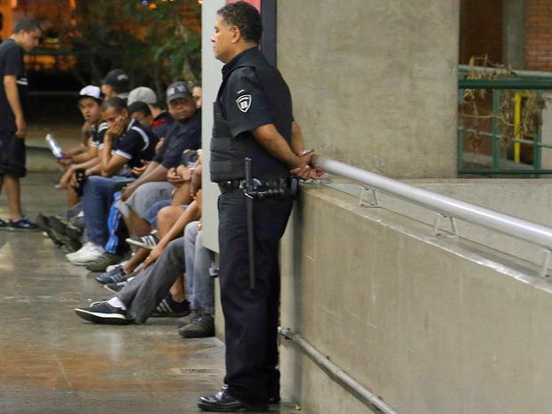 Torcedores corintianos são detidos por confusão no Metrô Carrão (Foto: Edison Temoteo/Futura Press/Estadão Conteúdo)