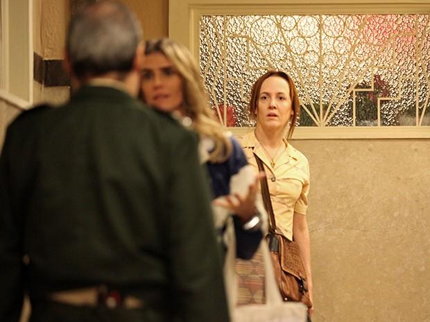 Márcia vê Elísio e o reconhece como pai da bebê trocada (Foto: Camila Camacho/TV Globo)