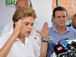 A presidente da República, Dilma Rousseff participa do mutirão de combate ao mosquito Aedes aegypti, no bairro de Santa Cruz (Foto: Antônio Luis/ Estadão Conteúdo)