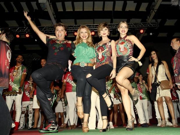David Brazil, Simone Soares, Julianne Trevisol e Monique Alfradique na quadra da Grande Rio, em Duque de Caxias, na Baixada Fluminense, no Rio (Foto: Marcos Serra Lima/ EGO)