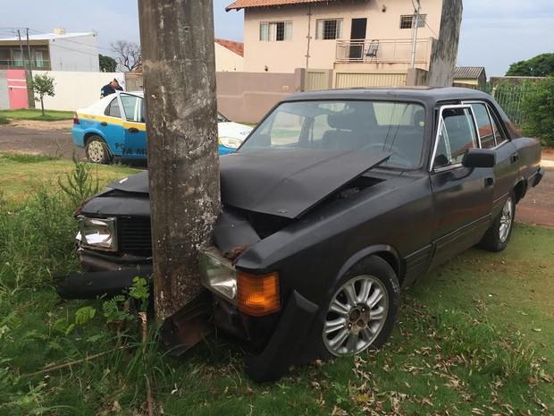 Opala bateu em poste e ficou com a frente danificada (Foto: Gabriela Pavão/ G1 MS)