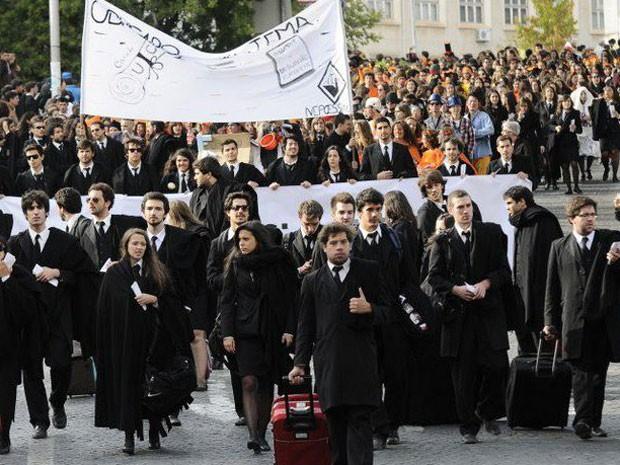 Estudantes protestam nos arredores da Universidade de Coimbra contra as medidas do governo português durante festival tradicional português.anto ao q o passos coelho falou,pra eles emigrarem (Foto: Fernanda Mota)