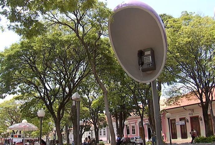 E o exagero vai do orelhão até o sorvetão vendido na cidade (Foto: Reprodução / TV TEM)