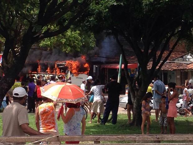 Ônibus pega fogo no bairro de Val de Cans, em Belém (Foto: Catarina Barros/Arquivo Pessoal)