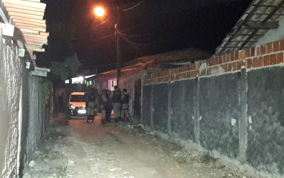 Policial foram encaminhados ao local, para negociar a rendição do suspeito (Foto: Poliana Rodrigues/TV Subaé)