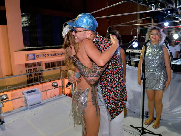 Claudia Leitte abraça Igor Kannário (Foto: Elias Dantas/Ag. Haack)