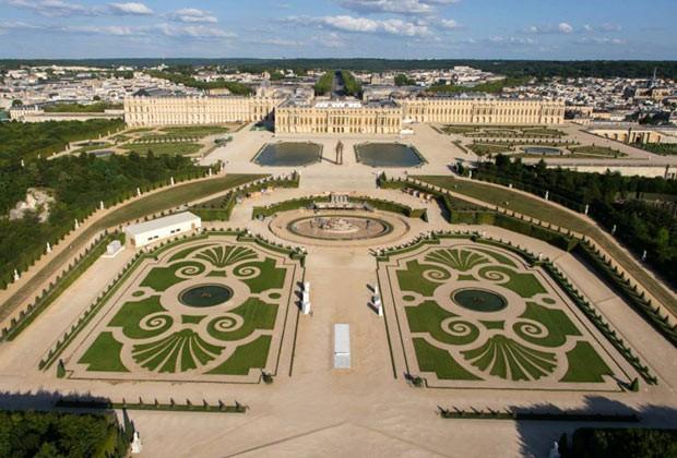 Os jardins em uma das faces do enorme Palácio de Versailles, sede do poder da França até 1789 (Foto: Diulgação / Châteu Versailles)