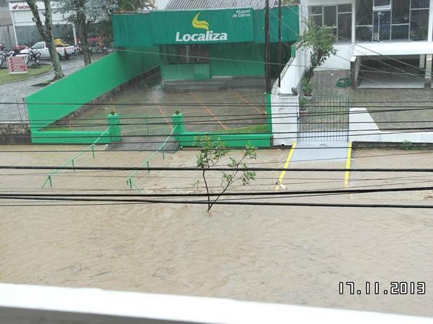 Rio Quitandinha transborda após 30 minutos de chuva neste domingo (17). (Foto: Marlus Renato Alessio)