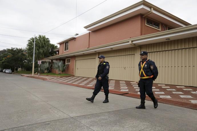 Porta da casa de Nicolas Leoz, em Assunção (Foto: Reuteurs)