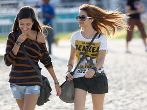 Garota usa camiseta dos Beatles durante o festival (Foto: Raul Zito/G1)