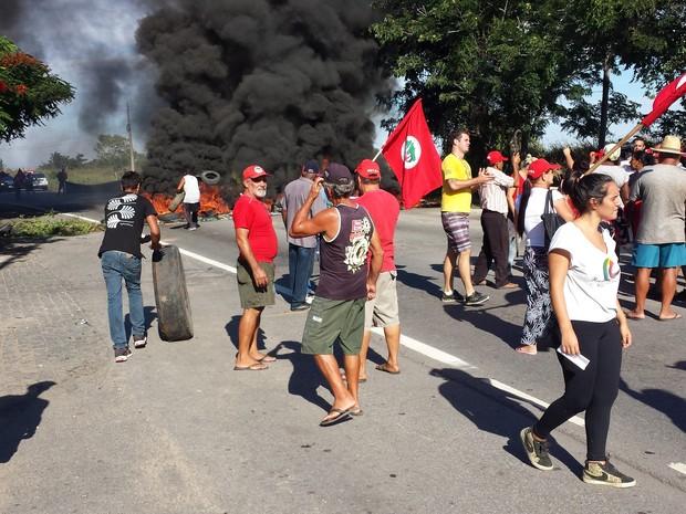 Grupo do MST fechou BR-356 em Campos (Foto: Valéria Vieira/InterTv Planície)