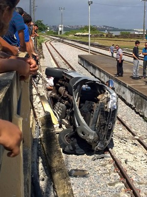 Problema na direção fez motorista perder o controle da caminhonete no bairro da Ribeira, Zona Leste de Natal (Foto: Ney Douglas/G1)