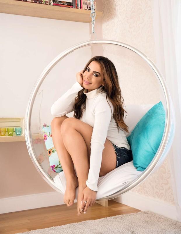 Anitta na Poltrona Bubble Chair, do designer Eero Aarnio (Foto: Marcelo Tabach/Ed. Globo)