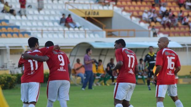 Jogadores do Sergipe comemoram gol de Gilson MMA (Foto: Felipe Martins/GLOBOESPORTE.COM)