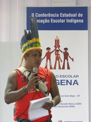 Ubiratã durante palestra em encontro (Foto: Ubiratã Gomes Awá M´Baretédjú/Arquivo Pessoal)
