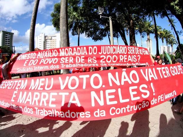 Sindicatos levam faixas para o protesto, com dizeres como não vai ter golpe (Foto: Aldo Carneiro/Pernambuco Press)
