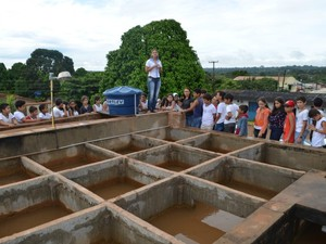 Toda a parte de tratamento da água foi explicada aos alunos (Foto: Magda Oliveira/G1)