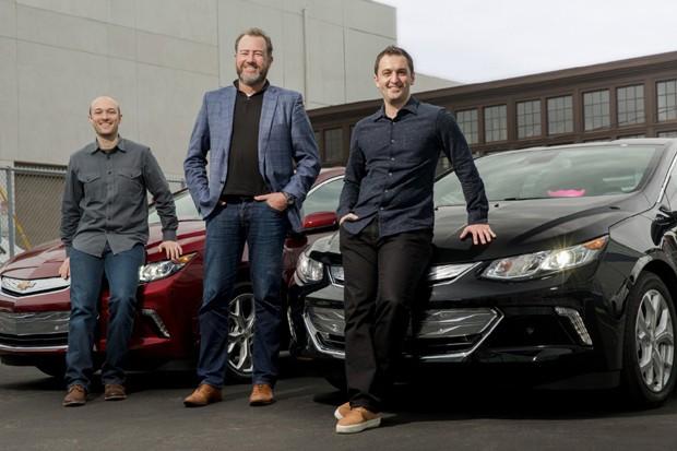 O presidente da GM Dan Ammann (centro) ao lado dos co-fundadores da Lyft Logan Green (esquerda) e John Zimmer (direita) (Foto: Divulgação)