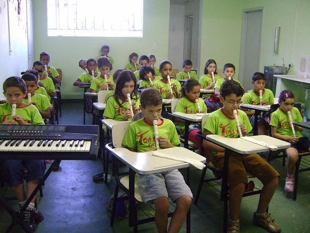 Desde 2007, a Escola de Música Tocando em Frente muda a vida de crianças de Cachoeiro do Itapemirim (ES) (Foto: Divulgação)