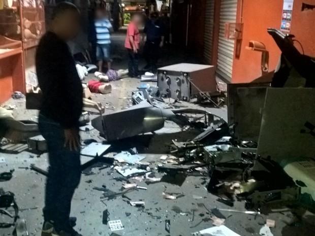 Caixas eletrônicos ficaram destruídos após explosão no Moda Center Santa Cruz (Foto: Divulgação/Polícia Militar)