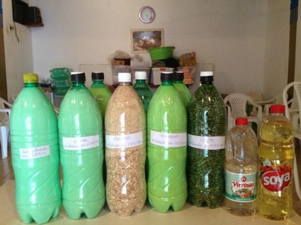 Os alimentos são estocados em garragas PET para não estregarem, segundo Eunice Coelho (Foto: Ivanete Damasceno / G1)