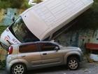 Van desgovernada com 13 turistas tomba no centro de Aparecida, SP
