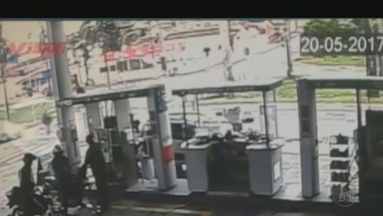 Carro cai em córrego após motorista desviar de ciclista em Jaboticabal, SP; vídeo