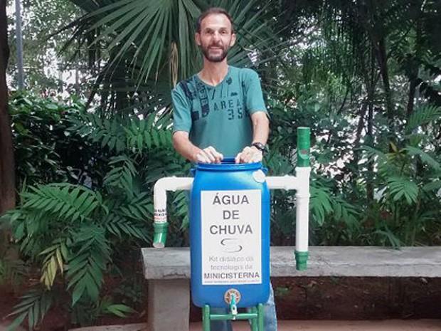 Edison Urbano criou uma minicisterna de baixo custo e agora ensina outros a construí-la (Foto: BBC Brasil)