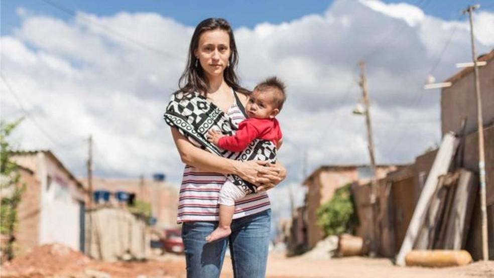 A arquiteta Carina Guedes com a filha de dez meses; opção por formar grupos exclusivos de mulheres, diz, busca 'tornar experiência menos intimidadora e mais informal' (Foto: Bruno Figueiredo/BBC)