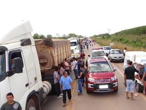 Moradores fecham BR-210 no município de Porto Grande (Foto: Adson Almeida/arquivo pessoal)